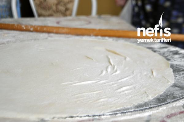 Peynirli Su Böreği Tarifi yufka açılırken