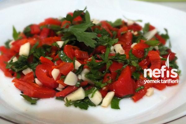 Közlenmiş Kırmızı Biber Salatası Yapımı Tarifi