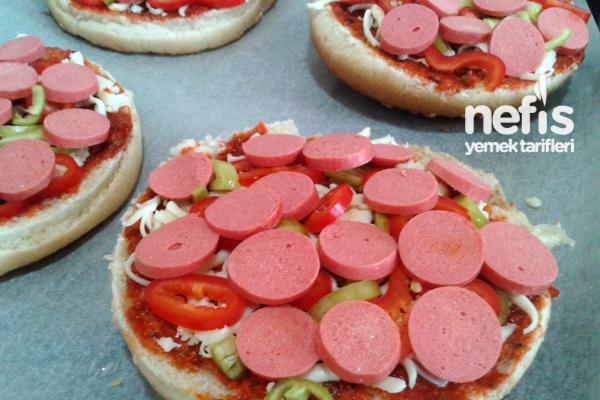 Hamburger Ekmeği İle Kahvaltılık Pizza 1