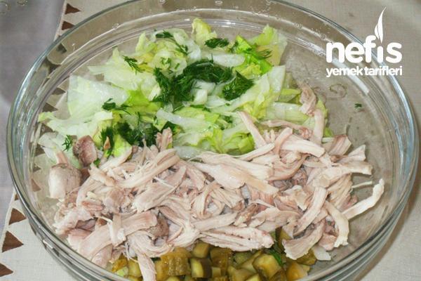 Yoğurt Soslu Tavuklu Marul Salatası 1