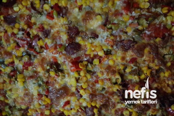 Bol Malzemeli Pizza Yapımı Tarifi