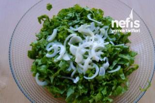 Soğanlı Marul Salatası Tarifi