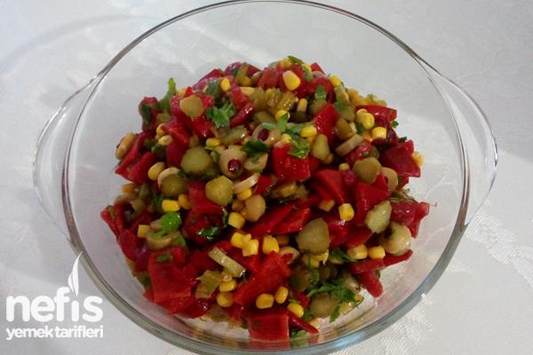 Yeşil Zeytinli Közlenmiş Kırmızı Biber Salatası Tarifi