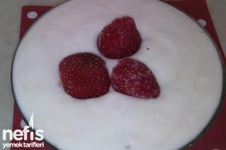 Evde Meyveli Yoğurt Yapımı (çilekli) Tarifi