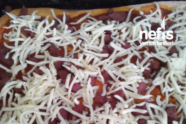Ev Yapımı Sucuklu Kaşarlı Pizza 1