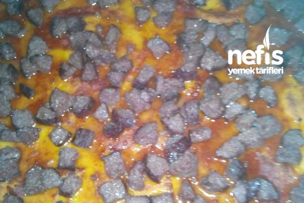 Ev Yapımı Sucuklu Kaşarlı Pizza 3
