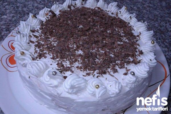 Çikolata Parçacıklı Yaş Pasta