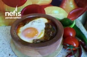 Güveçte Kavurmalı Yumurta Tarifi