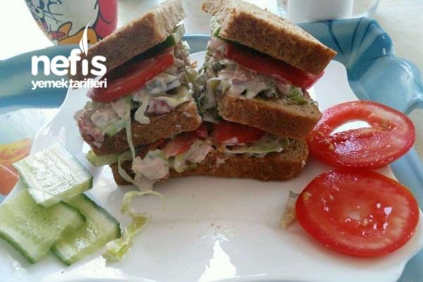 3 Katlı Tavuklu Sosisli Sandviç En Lezzetlisi Tarifi
