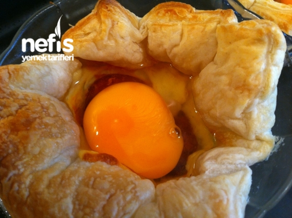Kahvaltıya Milföy Çanağında Kaşar-sucuk-yumurta