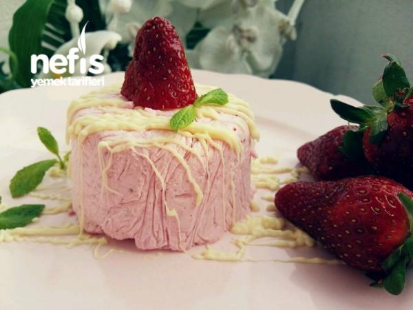 Çilekli Cheesecake Dondurma Parfe