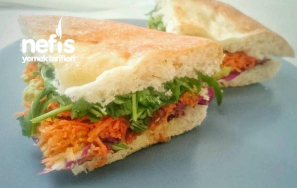 Humuslu Kuru Domateslı Vejetaryan Sandviç