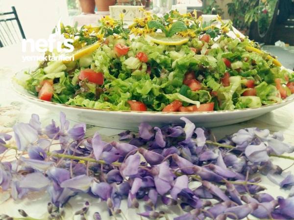 Ekşili Soslu Mevsim Yeşillikleri Salatası