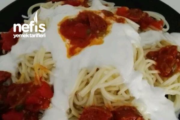 Sucuk Soslu Yoğurtlu Spagetti Makarna Tarifi