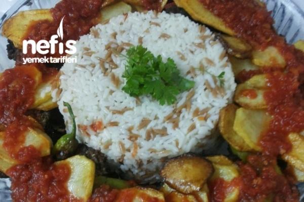 Patates Ve Domates Eşliğinde İzmir Köfte Tarifi