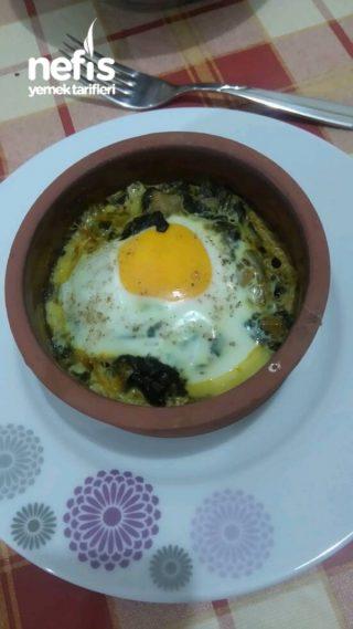 Güveçte Ispanaklı Yumurta
