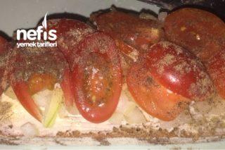 Soğanlı Domatesli Ekmek ( Müthiş) Tarifi