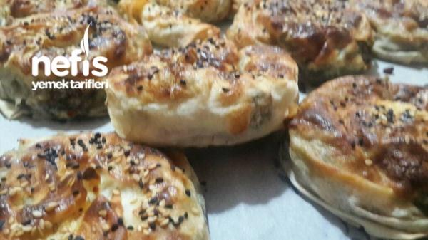 Bol Otlu Gül Böreği