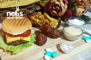 Enfes Hamburger Menü (Corn Dogs Ve Baharatlı Patates Eşliğinde) Tarifi