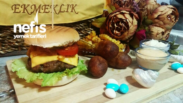 Enfes Hamburger Menü (Corn Dogs Ve Baharatlı Patates Eşliğinde)