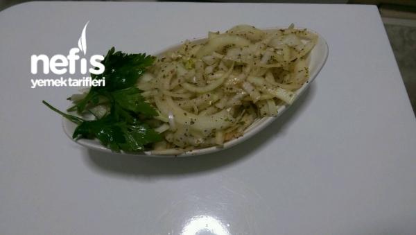 Yemeklerin Yanına Harika Soğan Salatası