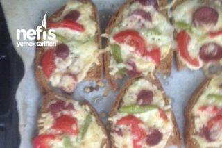 Ekmek Üstü Pizza (Çok Lezzetli) Tarifi