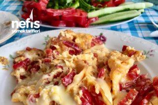 Kahvaltılık Süper Kolay Kırmızı Biber Ve Kaşarlı Enfes Omlet Tarifi