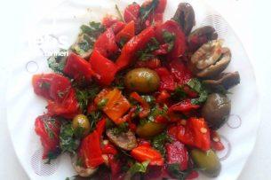 Közlenmiş Biberli Zeytin Salatası Tarifi