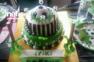 İki Katlı Doğum Günü Pastası Futbol Temalı Tarifi