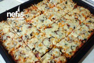 Bol Malzemeli İncecik Hamuruyla Aile Boyu Tepsi Pizza (Hamuru Efsane) Tarifi