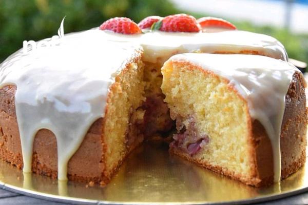 Pasta Tadında Çilekli Kek Tarifi