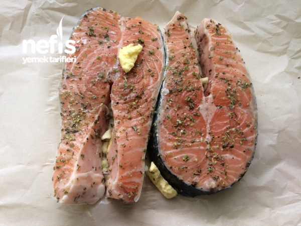 Tavada Yağlı Kağıt İçinde Somon Balığı