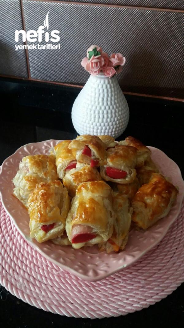 Sosisli Kaşar Peynirli Milföy Böreği