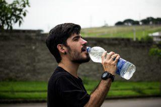 Ayakta Su İçmenin Zararları: Ayakta Su İçmemek İçin 3 Neden Tarifi