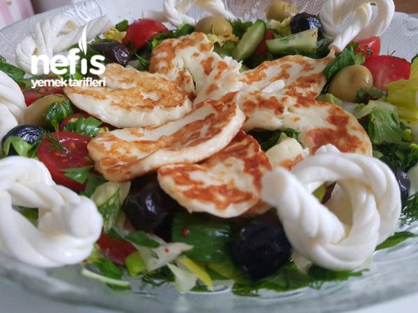 Kızarmış Hellim Peynirli Kahvaltı Salatası