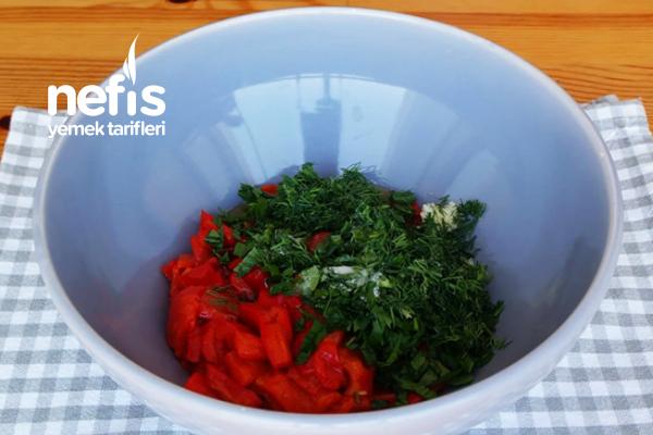 Közlenmiş Kırmızı Biber Salatası Tarifi (videolu)