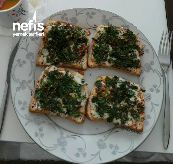 Kahvaltılık Enfes Yeşillikli Kaşarlı Çıtır Ekmek