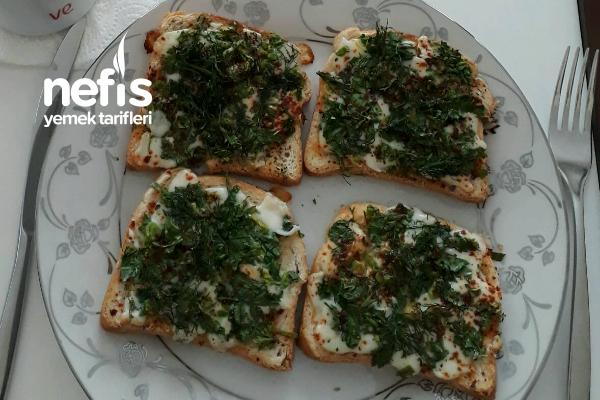 Kahvaltılık Enfes Yeşillikli Kaşarlı Çıtır Ekmek Tarifi