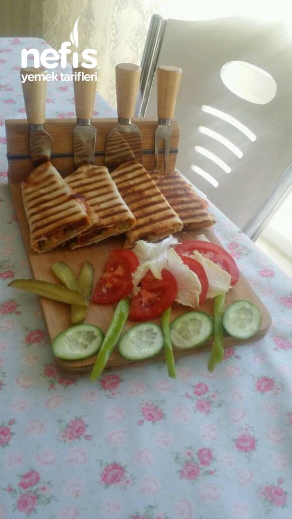 Bol Malzemeli İzmir Usulü Lavas Ekmeginden Tost