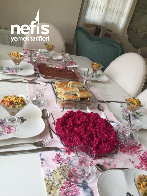 Arkadaşlarla Beş Çayı Masası