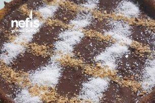 Kahveli Bademli Çikolata Soslu Tart Kek Tarifi