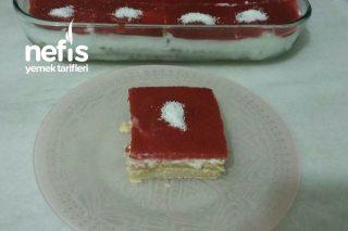 Çilek Soslu Bisküvili Pasta Tarifi