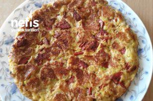 Kahvaltıya Çıtır Çıtır Patatesli Peynirli Sucuklu Tava Omleti Tarifi