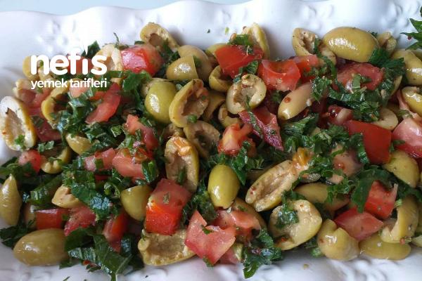Isırganlı Yeşil Zeytin Salatası Tarifi