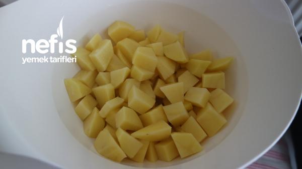 Patates Püresi Yatağında Domates Soslu Köfte Tarifi