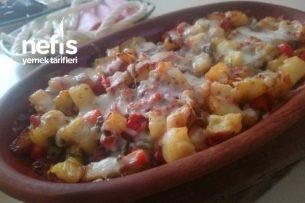 Güveçte Kırmızı Biberli Patatesli Kaşarlı Baharatlım Tarifi