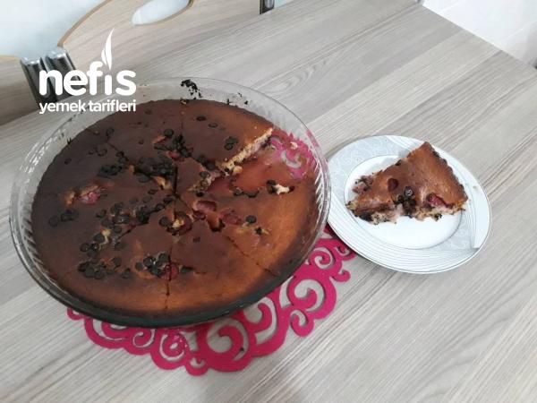 Çilekli Cevizli Çikolatalı Kek