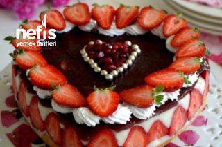 Garantili Kabaran Pandispanyasıyla Şahane Çilekli Kalpli Pasta Tarifi