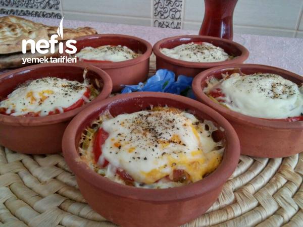Güveçte Kahvaltılık Sebzeli Sucuklu Yumurta (Favori Tarif)