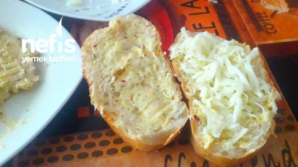 Tavada Peynirli Sarımsaklı Ekmek
